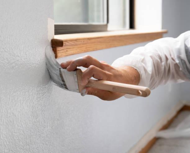 man målar vägg