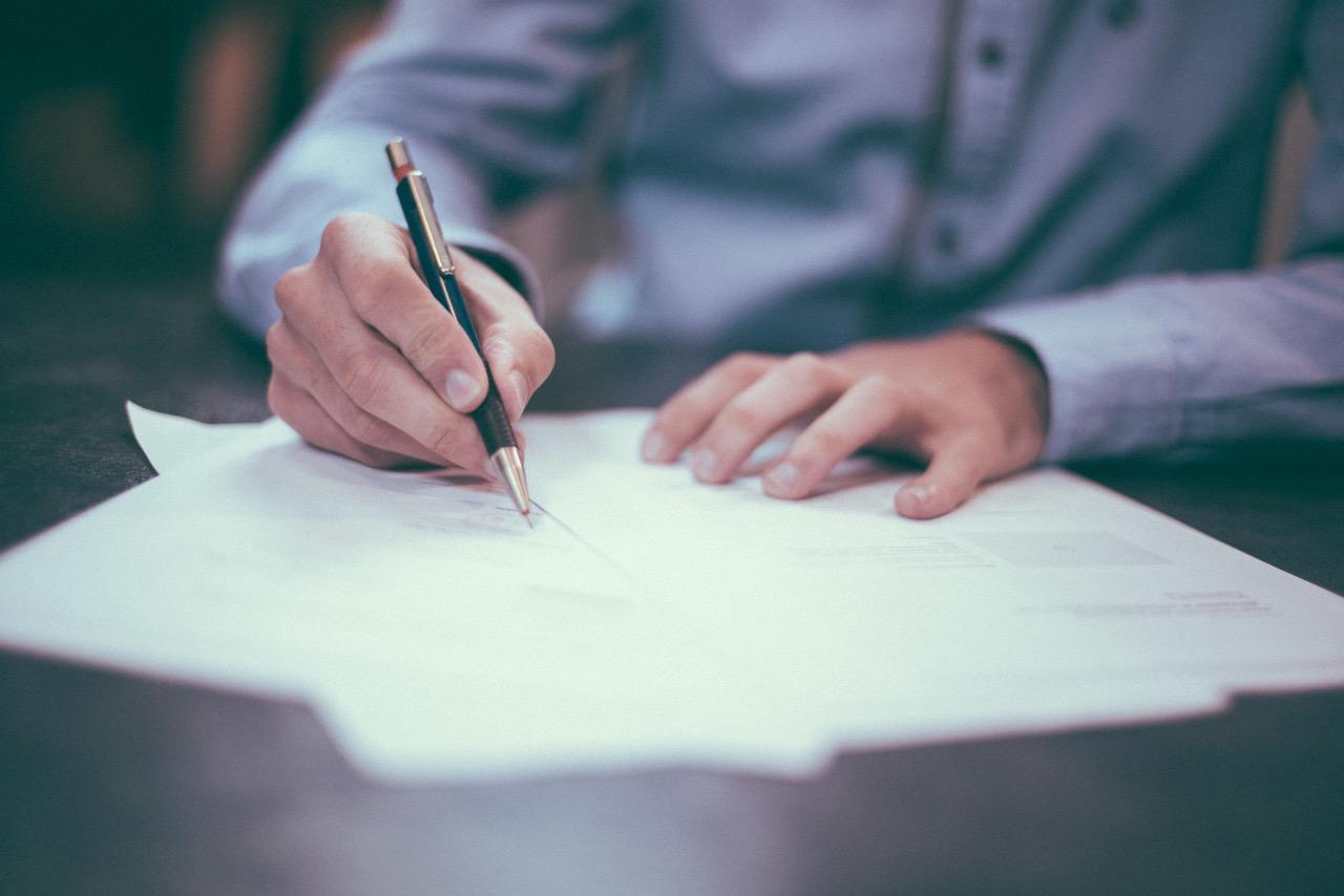 Bild på papper som skrivs under. Underskrift han innebära falskt intygande eller att en köpare blir lurad.