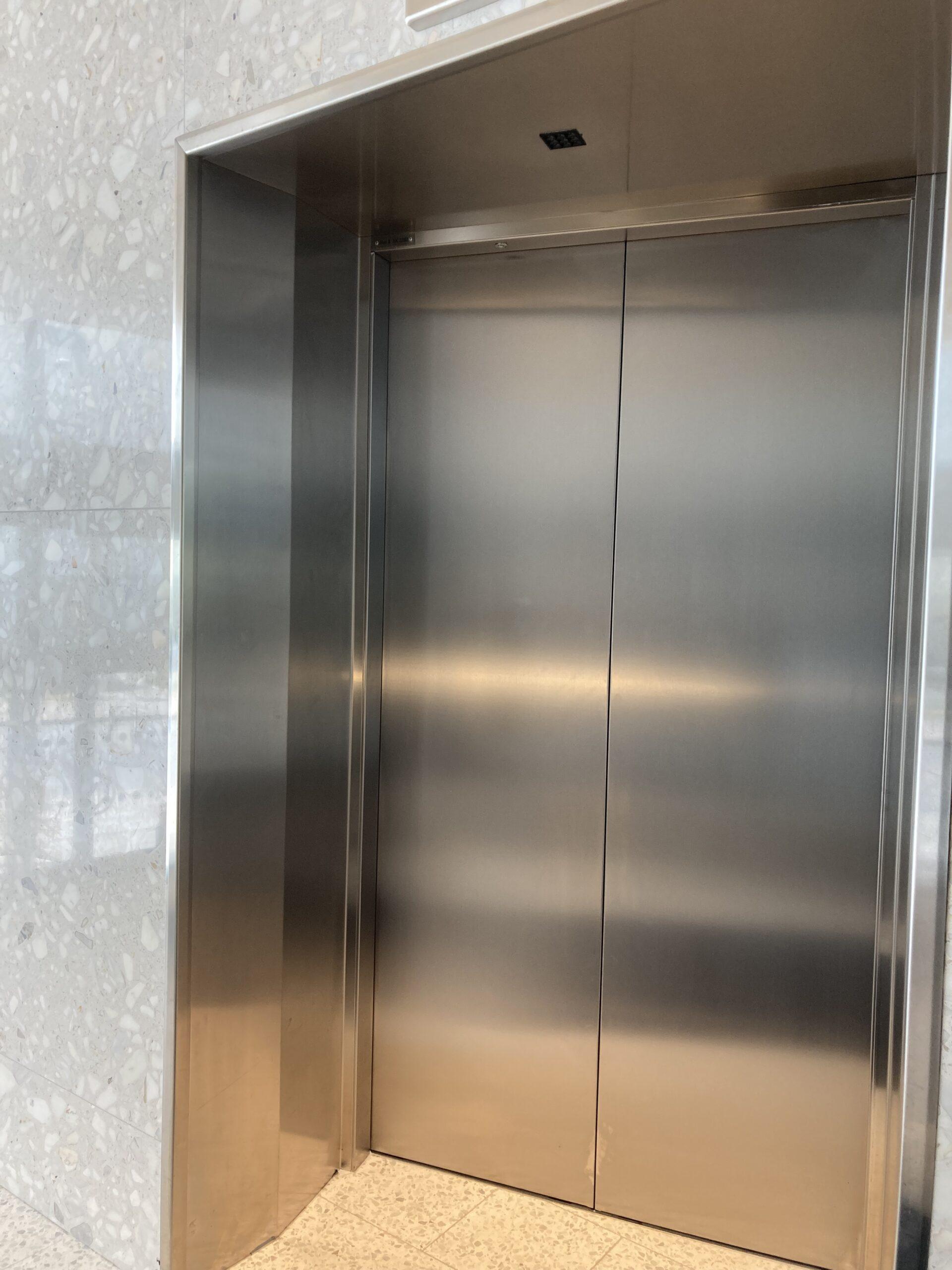 Tre hissar användes i mer än ett halvår trots att de inte var godkända. Hissen på bilden förekommer inte i artikeln.