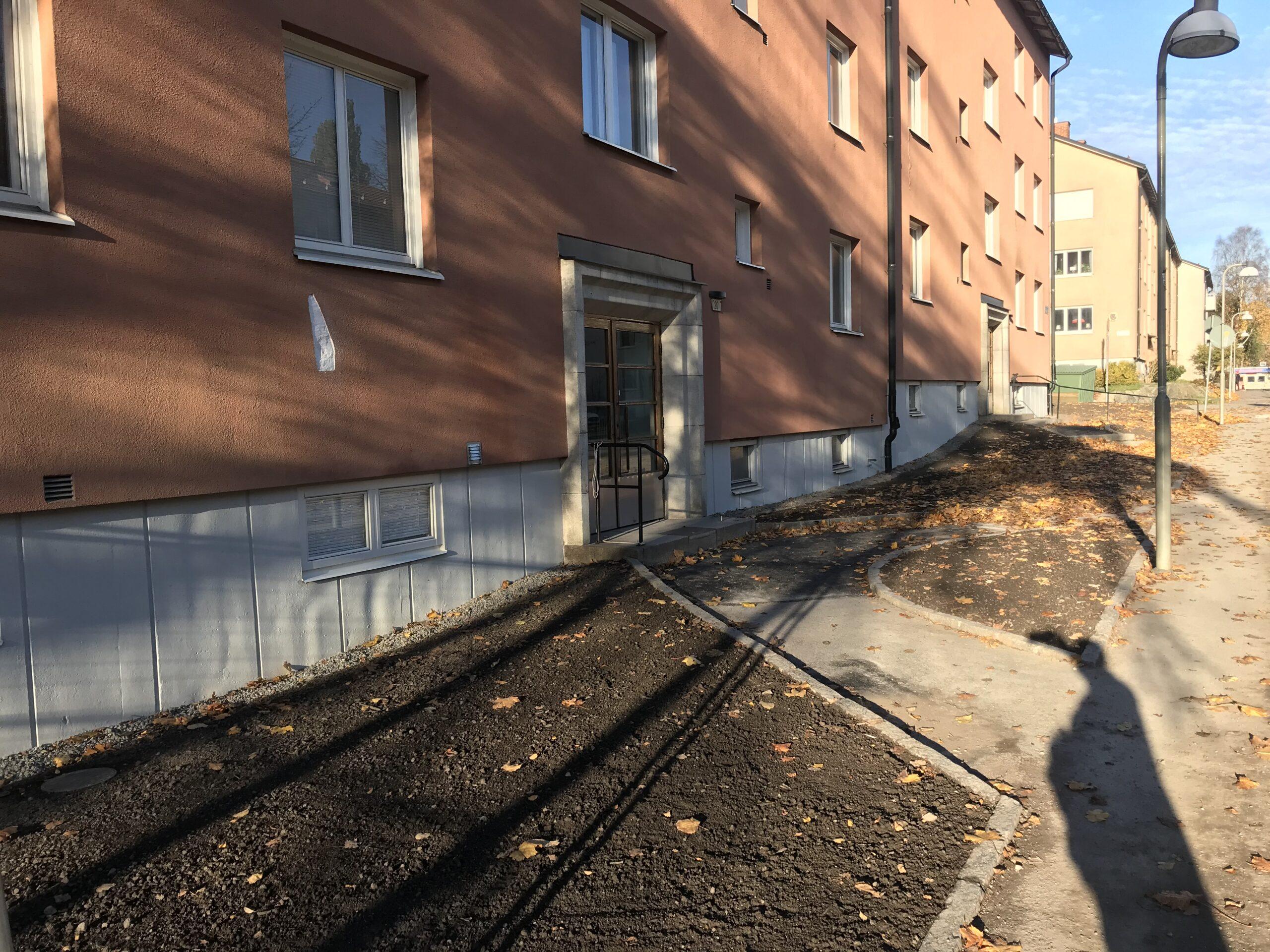 Brf Grängen har sanerat marken runt huset. Fasadbild.