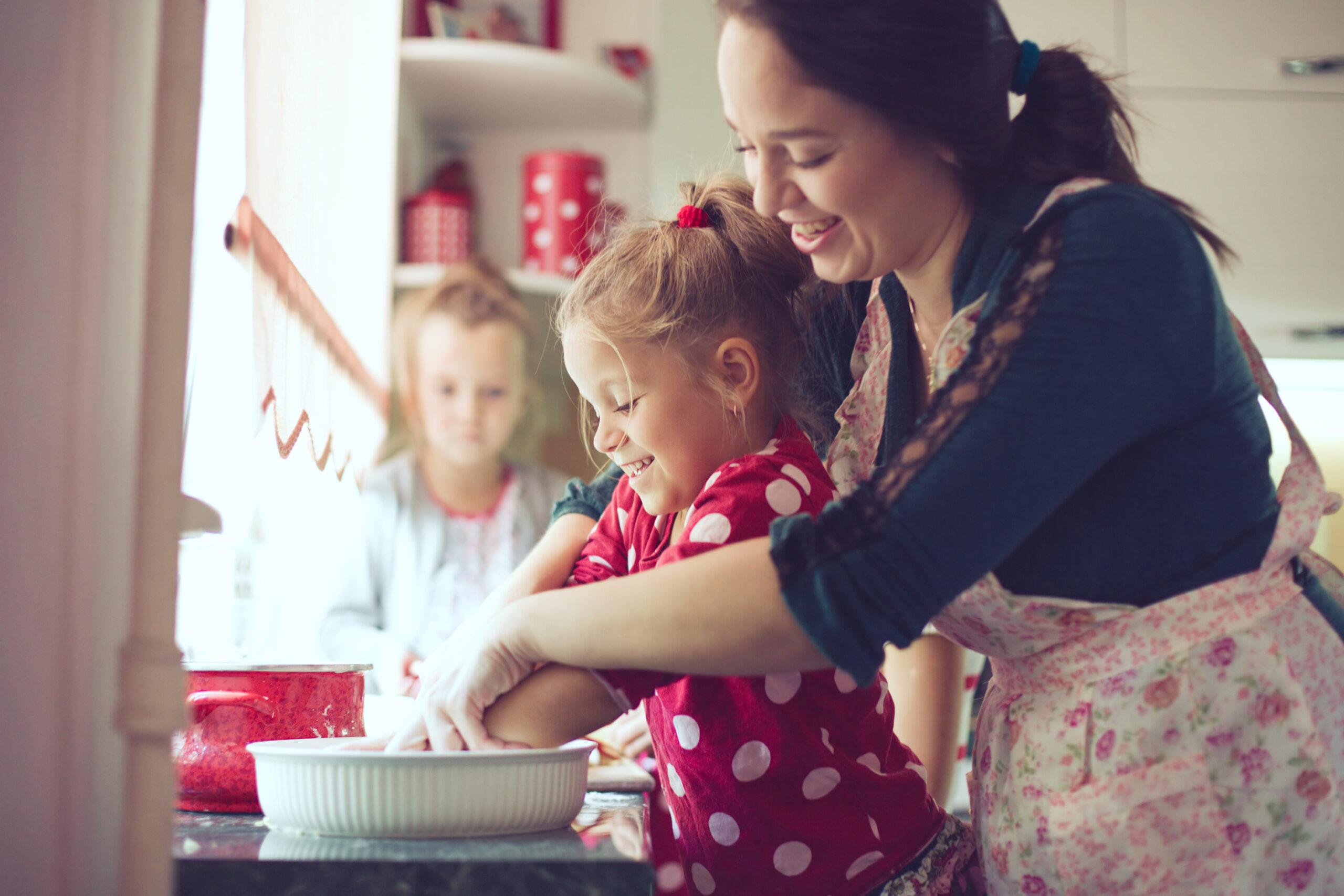 bild med mamma som bakar med barn